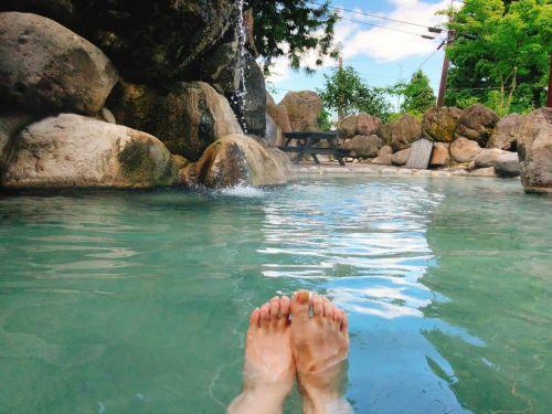新潟県 赤倉温泉 野天風呂滝の湯 泉質最高!500円で温泉プールも入れる夏休み感あふれる日帰り温泉